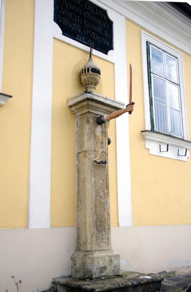 Gerichtsbarkeit: In Pinkafeld befand sich einst das Landgericht, woran der Pranger aus dem 17. Jhd. erinnert.